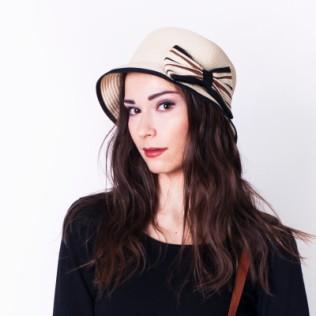 Damski kapelusik na lato z kokardką