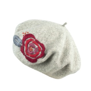 Beret z wyhaftowaną różą